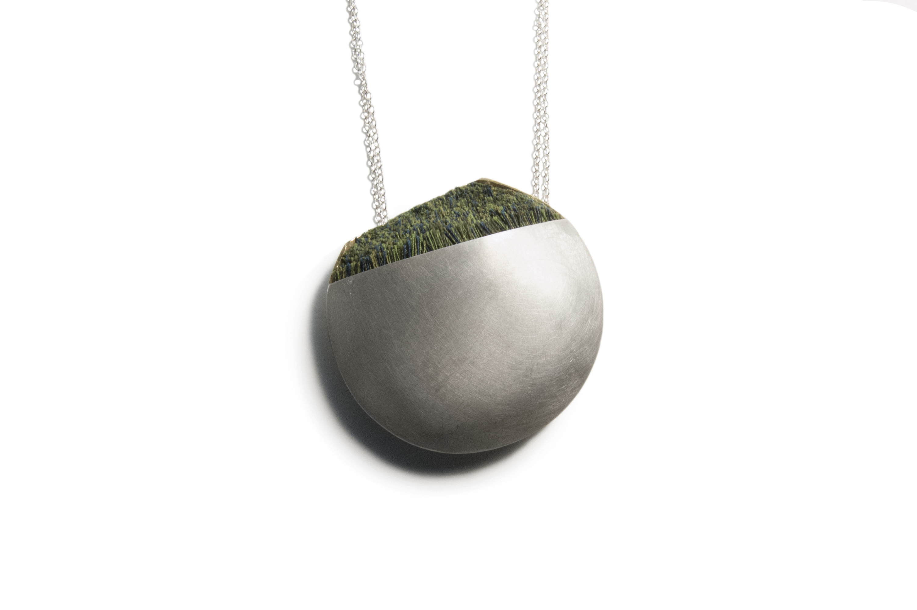Metal round pendant necklace with green accent
